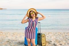 Счастливый смеясь над турист женщины при чемоданы стоя около моря Концепции перемещения и летних каникулов Стоковое Изображение RF