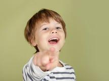 Счастливый смеясь над указывать ребенка Стоковое Фото