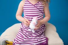 Счастливый смеясь над усмехаясь ребенок с зайчиком пасхи Стоковые Изображения RF