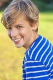 Счастливый смеяться над подростка мальчика мальчика Стоковое фото RF