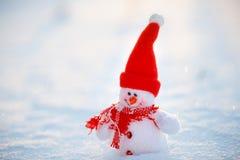 Счастливый снеговик стоя в ландшафте рождества зимы Backgr снега Стоковые Изображения