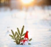 Счастливый снеговик стоя в ландшафте рождества зимы Backgr снега Стоковое Изображение RF