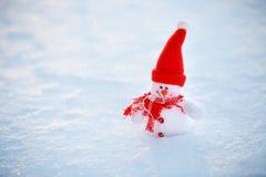 Счастливый снеговик стоя в ландшафте рождества зимы Backgr снега Стоковое Изображение