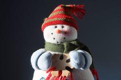 Счастливый снеговик с хлопь Стоковая Фотография