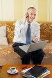 Счастливый старший бизнесмен используя телефон Стоковые Изображения RF