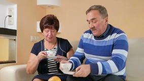 Счастливый старший человек приносит чашку вашего любимого кофе Выпейте горячее питье и обсудите большое событие семьи красивейше акции видеоматериалы