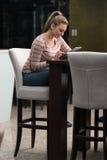 Счастливый студент на кафе используя сенсорную панель Стоковое Изображение