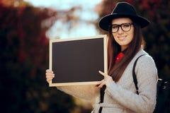 Счастливый студент проводя объявление продажи знака классн классного Стоковая Фотография