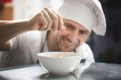 Счастливый суп flavoring шеф-повара стоковые фото
