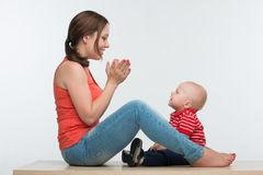 Счастливый сын матери и малыша сидя лицом к лицу Стоковые Изображения