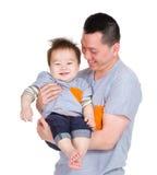 Счастливый сын папы и младенца стоковые изображения