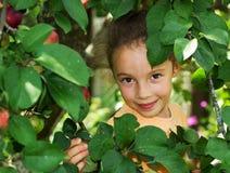 Счастливый сладостный портрет маленькой девочки в парке Стоковое фото RF