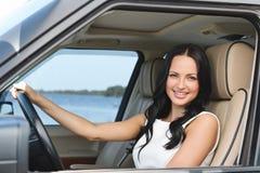 Счастливый с ее совершенно новым автомобилем стоковая фотография