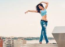 Счастливый танец женщины Стоковое Фото