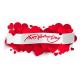 Счастливый текст дня валентинки на знамени и сердцах белой бумаги Стоковые Изображения RF