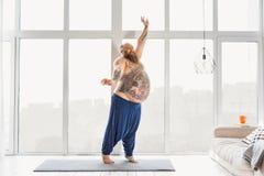 Счастливый толстый парень делая тренировку дома Стоковые Изображения