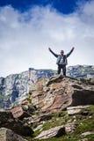 Счастливый турист в горах стоковое изображение rf
