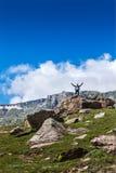 Счастливый турист в горах стоковые фото