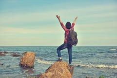 Счастливый турист девушки стоя на утесе Стоковые Изображения