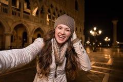 Счастливый турист женщины принимая selfie на St отметит квадрат, Венецию Стоковые Фото
