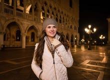 Счастливый турист женщины стоя на St отметит квадрат в Венеции Стоковые Фото