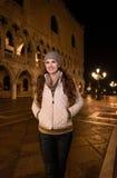 Счастливый турист женщины стоя на St отметит квадрат в Венеции Стоковое Изображение