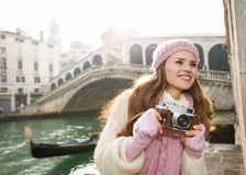 Счастливый турист женщины с ретро камерой фото около моста Rialto Стоковое Изображение