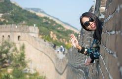 Счастливый турист на Великой Китайской Стене Китая Стоковые Изображения
