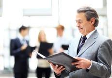 Счастливый умный бизнесмен при ответные части команды обсуждая Стоковые Изображения