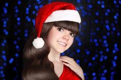 Счастливый усмехаться девушки santa предназначенный для подростков носит в красной шляпе с белым мехом po Стоковая Фотография