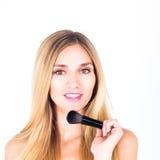 Счастливый усмехаться с щеткой удерживания женщины зубов для румян Поднимающее вверх состава близкое стоковое фото