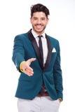 Счастливый усмехаясь бизнесмен давая руку для рукопожатия Стоковое фото RF