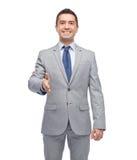 Счастливый усмехаясь бизнесмен в костюме тряся руку стоковые изображения rf