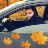 Счастливый усмехаясь водитель человека за колесом его автомобиля Стоковая Фотография RF