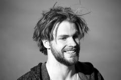 Счастливый усмехаясь красивый человек или бородатый парень Стоковые Фото