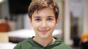 Счастливый усмехаясь мальчик preteen на школе акции видеоматериалы