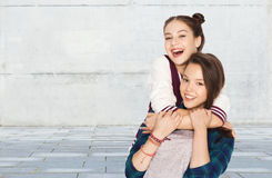 Счастливый усмехаясь милый обнимать девочка-подростков стоковые изображения rf