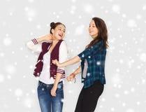 Счастливый усмехаясь милый танцевать девочка-подростков Стоковые Изображения RF