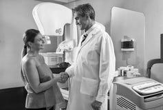 Счастливый усмехаясь мужской пациент доктора и женщины тряся руки позже Стоковые Фото