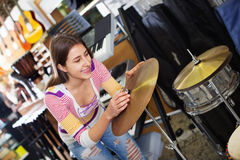 Счастливый усмехаясь набор барабанчика покупок девочка-подростка в студии Стоковые Фото
