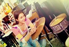 Счастливый усмехаясь набор барабанчика покупок девочка-подростка в студии Стоковые Изображения RF