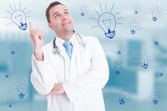 Счастливый усмехаясь доктор указывая палец и смотря вверх Стоковые Фотографии RF
