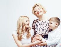 Счастливый усмехаясь представлять семьи совместно жизнерадостный на белой предпосылке, концепции людей образа жизни, матери с сын Стоковые Изображения