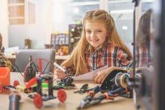 Счастливый усмехаясь ребенок в светлой мастерской Стоковая Фотография RF