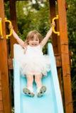 Счастливый усмехаясь ребенок девушки играя outdoors Стоковые Изображения