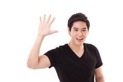 Счастливый усмехаясь человек показывая жест приветствию, показ его ладонь к стоковые изображения