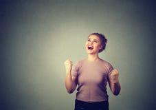 Счастливый успешный студент, женщина выигрывая, кулаки нагнетал праздновать успех Стоковые Фото