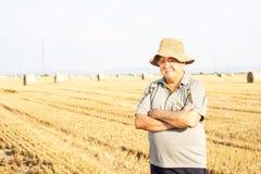 счастливый фермер в полях Стоковая Фотография RF