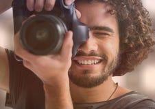 счастливый фотограф принимая фото (передний план) Света позади и перекрытие Стоковое фото RF