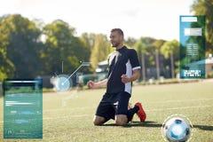 Счастливый футболист с шариком на футбольном поле стоковая фотография rf
